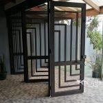 """Puerta tipo """"acordeón"""" en hierro forjado"""